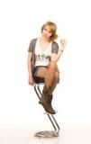 Recht blonde Frau auf einem Barhocker Lizenzfreie Stockfotografie