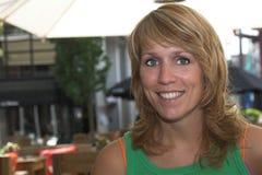 Recht blonde Frau auf einer Terrasse lizenzfreies stockbild