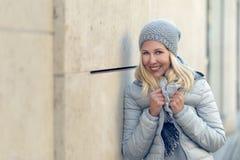 Recht blonde Frau auf kühle blaue Wintermode Lizenzfreie Stockfotos
