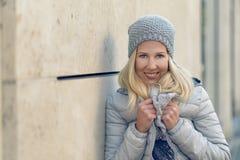 Recht blonde Frau auf kühle blaue Wintermode Stockbild