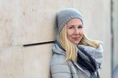 Recht blonde Frau auf kühle blaue Wintermode Stockfotografie