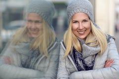 Recht blonde Frau auf kühle blaue Wintermode Stockfoto