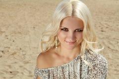 Recht blonde Frau auf Sandstrand Stockfotografie
