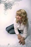 Recht blonde Frau in den Jeans Stockfotos