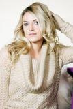 Recht blonde Frau in der eleganten langärmligen Spitze lizenzfreies stockbild