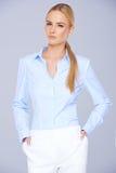 Recht blonde Frau in der Unternehmenskleidung Stockbild
