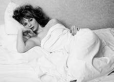 Recht blonde Frau, die in Bett auf weiße Scheiße, sexy Blick romantisch legt Stockfoto