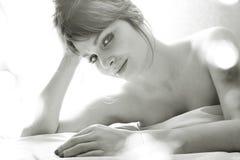 Recht blonde Frau, die in Bett auf weiße Scheiße, sexy Blick romantisch legt Stockbilder