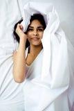 Recht blonde Frau, die in Bett legt Lizenzfreie Stockfotografie