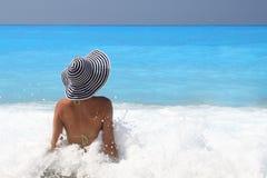 Recht blonde Frau, die das ionische Meer genießt Lizenzfreie Stockfotos