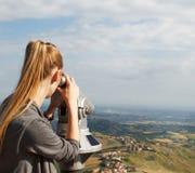 Recht blonde Frau, die den Bereich betrachtet Stockfotografie