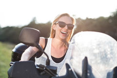 Recht blonde Frau, die eine Viererkabelfahrradfahrt in der Landschaft genießt Stockfoto