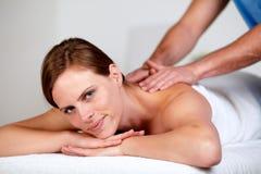 Recht blonde Frau, die an einem Badekurort sich entspannt Lizenzfreie Stockbilder