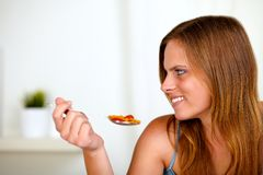 Recht blonde Frau, die gesunde Nahrung isst Stockbild