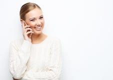 Recht blonde Frau, die am Handy spricht Lizenzfreies Stockbild