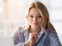Recht blonde Frau, die ihre Arbeit genießt Lizenzfreies Stockbild