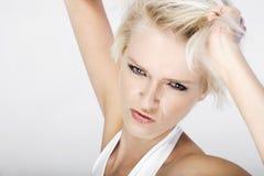 Recht blonde Frau, die ihre Lippen schmollt Stockfotos