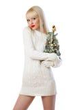 Recht blonde Frau, die kleinen Weihnachtsbaum anhält Stockbilder