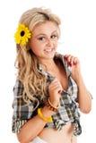 Recht blonde Frau, die kurz gesagt und Hemd aufwirft Lizenzfreies Stockbild