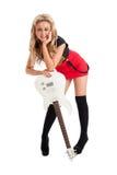 Recht blonde Frau, die mit Gitarre aufwirft Lizenzfreies Stockfoto