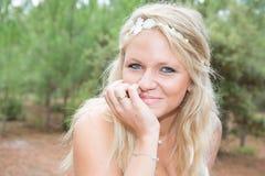 Recht blonde Frau draußen Lizenzfreie Stockfotografie