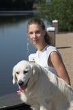 Recht blonde Frau draußen mit ihrem Hund lizenzfreie stockfotos