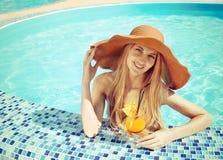Recht blonde Frau in einem Hut Cocktail genießend Stockbilder
