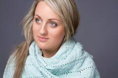 Recht blonde Frau in einer Winterstrickjacke Stockfotografie