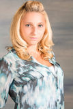 Recht blonde Frau im blauen Hemd Lizenzfreie Stockfotografie