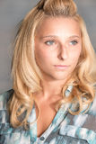 Recht blonde Frau im blauen Hemd Lizenzfreie Stockfotos