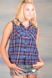 Recht blonde Frau im blauen Hemd Stockbilder