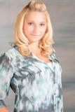Recht blonde Frau im blauen Hemd Stockfoto