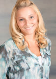 Recht blonde Frau im blauen Hemd Lizenzfreies Stockbild