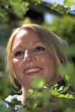 Recht blonde Frau im Garten Lizenzfreie Stockfotos