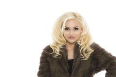Recht blonde Frau im gestrickten Mantel-Pelzkleid Lizenzfreies Stockbild
