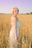 Recht blonde Frau im Kleid im Freien Stockbilder