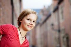 Recht blonde Frau im roten Kleid Lizenzfreie Stockfotografie