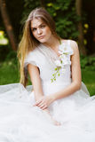 Recht blonde Frau im weißen Kleid Stockfotos