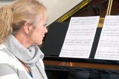 Recht blonde Frau am Klavier Lizenzfreies Stockbild