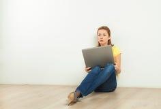 Recht blonde Frau mit Computer Stockfoto