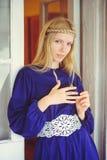 Recht blonde Frau mit dem umsponnenen Haar, gekleidet in einem blauen Kleid, schönes Porträt im Haus, einfaches Hauptbild, Haarpf Lizenzfreie Stockbilder