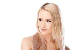 Recht blonde Frau mit einem durchdachten Blick Lizenzfreie Stockfotos