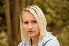 Recht blonde Frau mit einem ernsten Ausdruck Lizenzfreies Stockfoto
