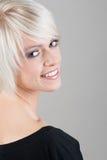 Recht blonde Frau mit einem schönen Lächeln Lizenzfreie Stockbilder