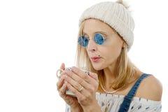 Recht blonde Frau mit einer Tasse Tee Lizenzfreie Stockbilder