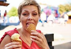 Recht blonde Frau mit Eiscreme Stockfoto