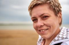 Recht blonde Frau mit Eiscreme Lizenzfreies Stockfoto