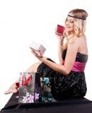 Recht blonde Frau mit Geschenktasche Stockfoto