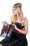 Recht blonde Frau mit Geschenktasche Lizenzfreies Stockbild