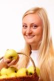 Recht blonde Frau mit geschmackvollen Äpfeln Stockbild
